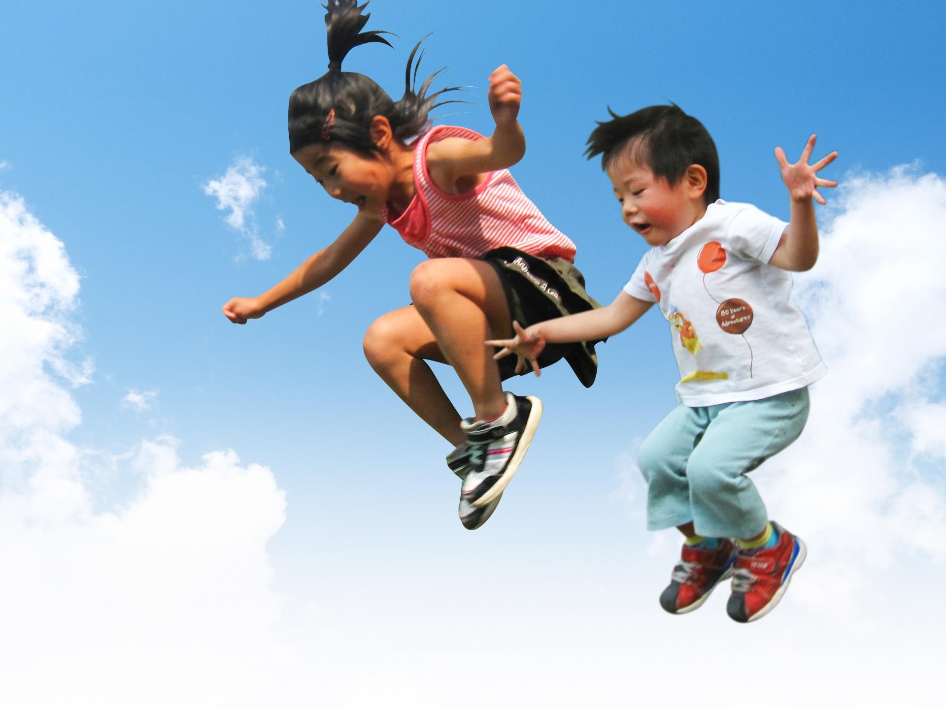 ジャンプして遊ぶ子ども